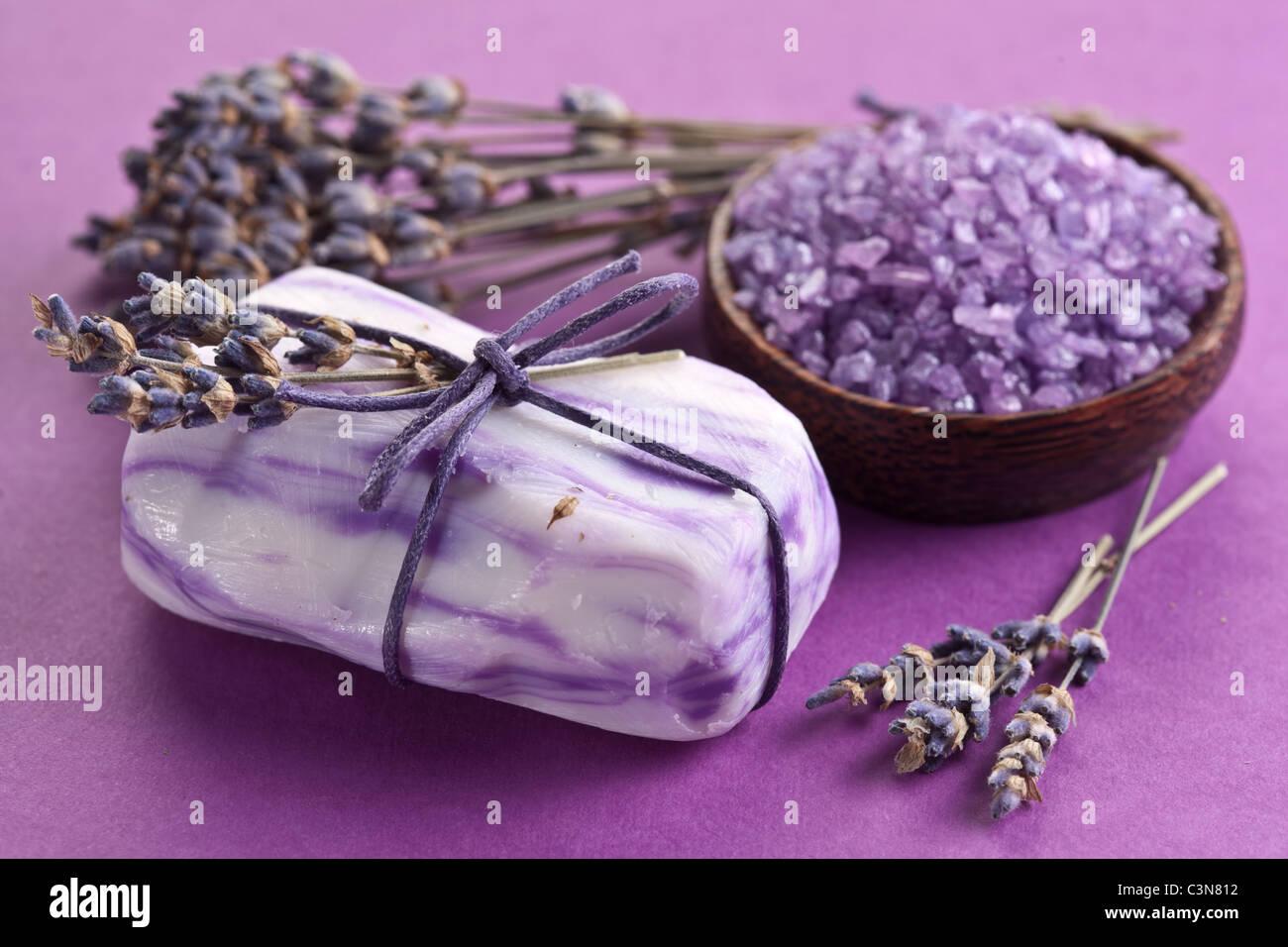 Savon au sel de mer et lavande séchée. Photo Stock