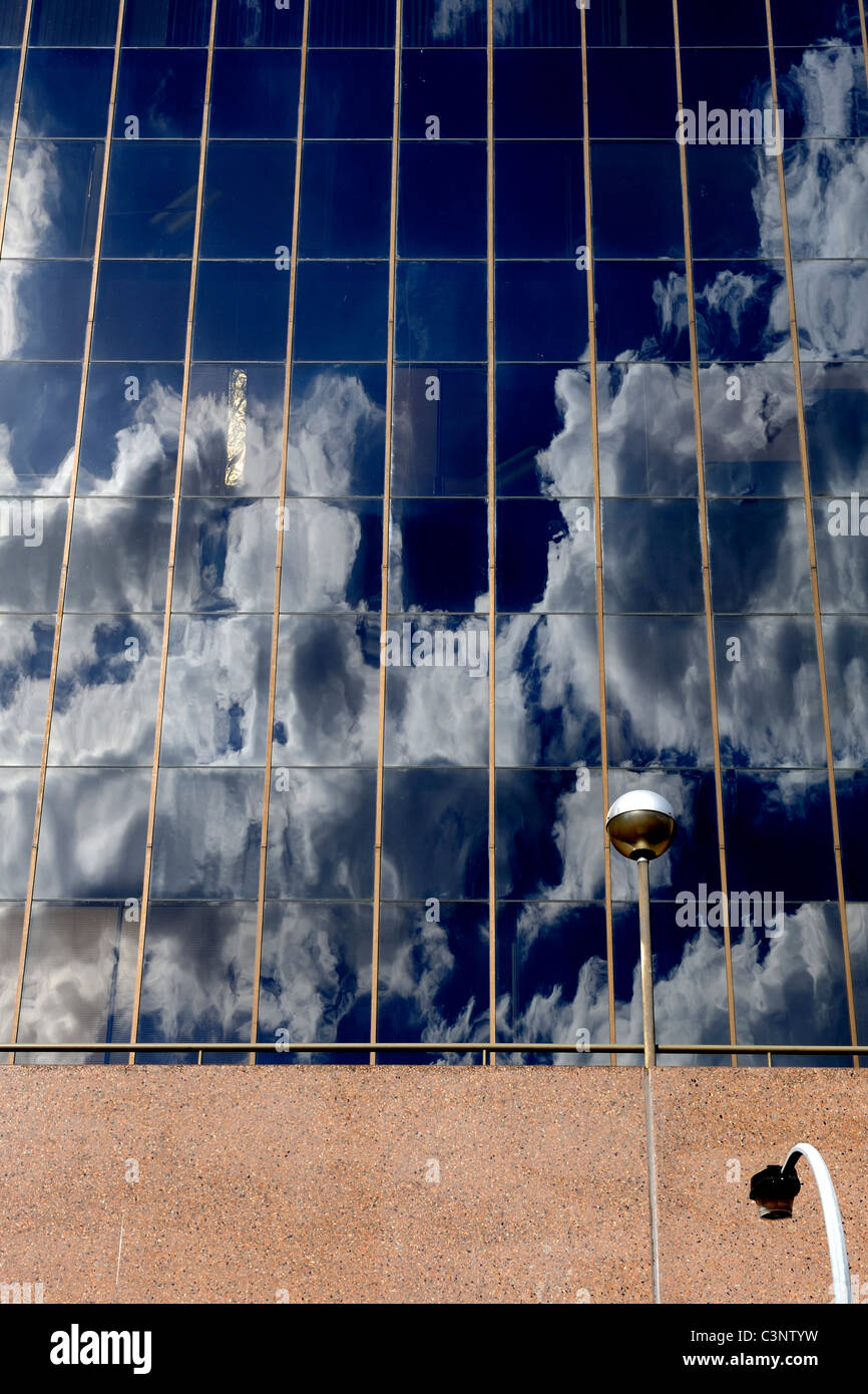 Nuages dans le ciel bleu profond reflété dans un grand bâtiment de windows Banque D'Images
