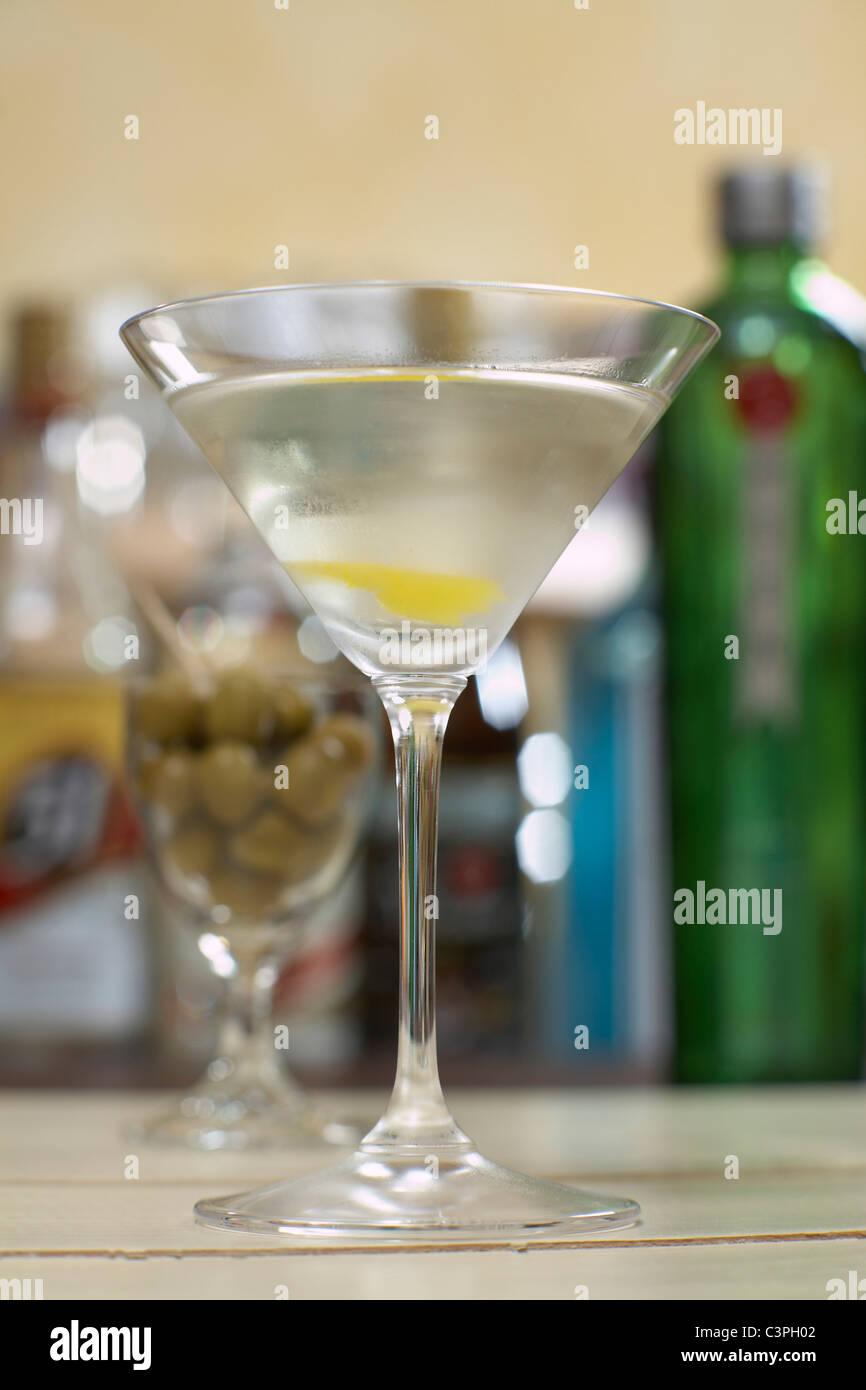 Martini en verre à cocktail avec citron, Close up. Photo Stock