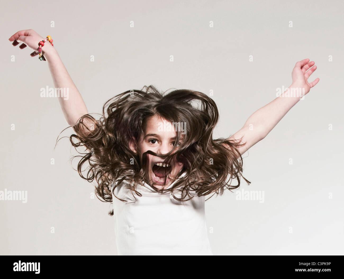 Girl (12-13) et des mains, portrait Photo Stock
