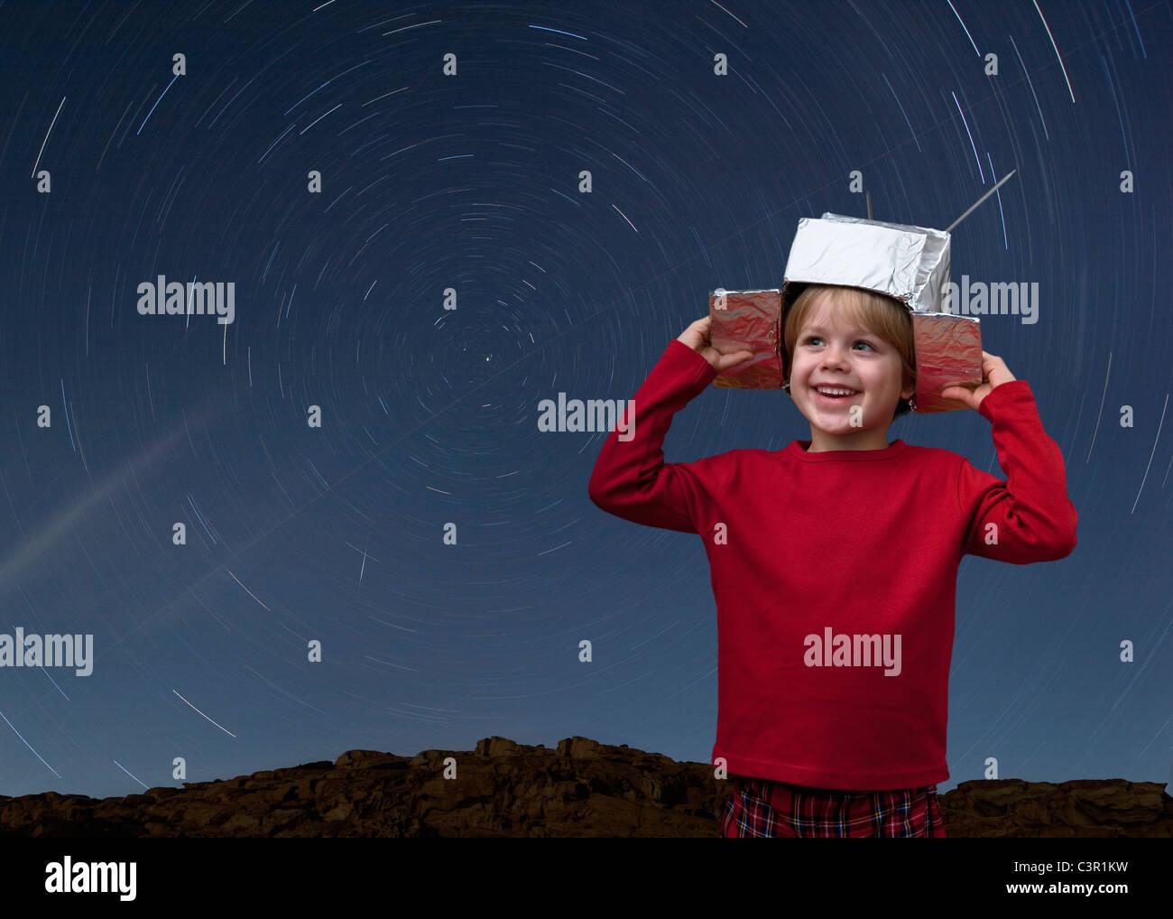 La Croatie,Garçon avec chapeau de l'espace et star trail dans le ciel Photo Stock
