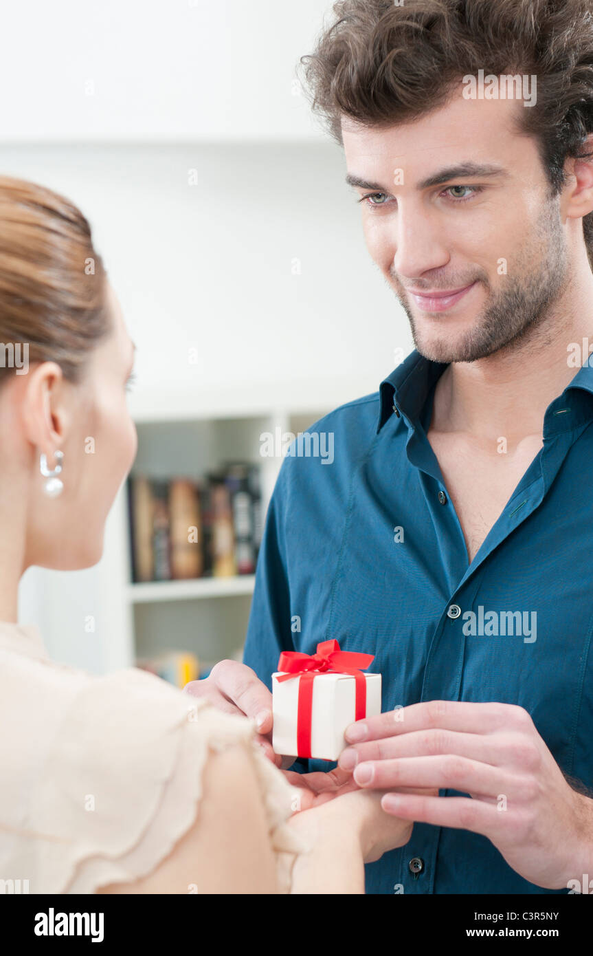 Petit ami donner un cadeau à sa petite amie Photo Stock