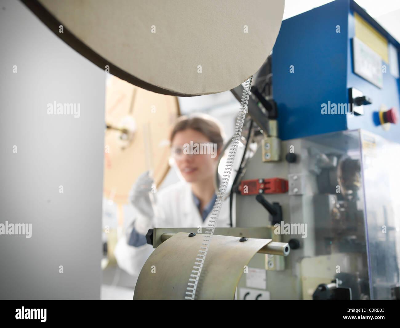 Travailleur avec machine à composants électroniques Photo Stock