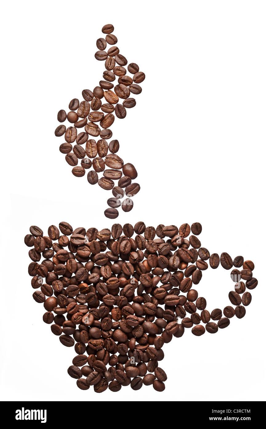 Grains de café dans la forme de tasse à café et de la vapeur. Photo Stock