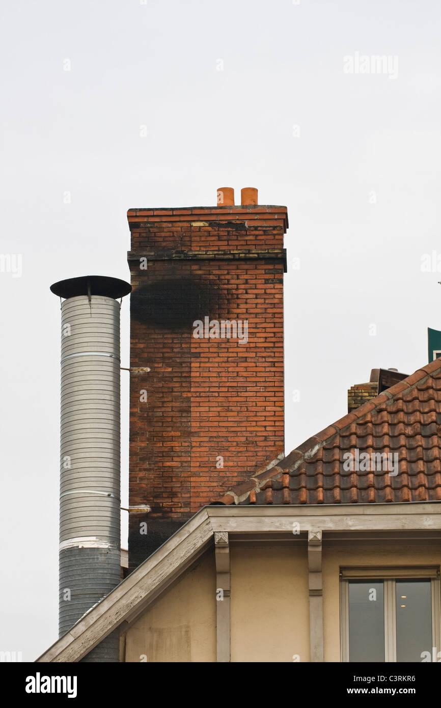 Conduit De Cheminee En Brique Rouge cheminée en brique rouge et toit de tuiles sur cheminée en