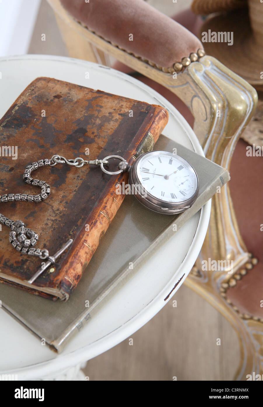 Fob watch sur vieux vieux livre Photo Stock