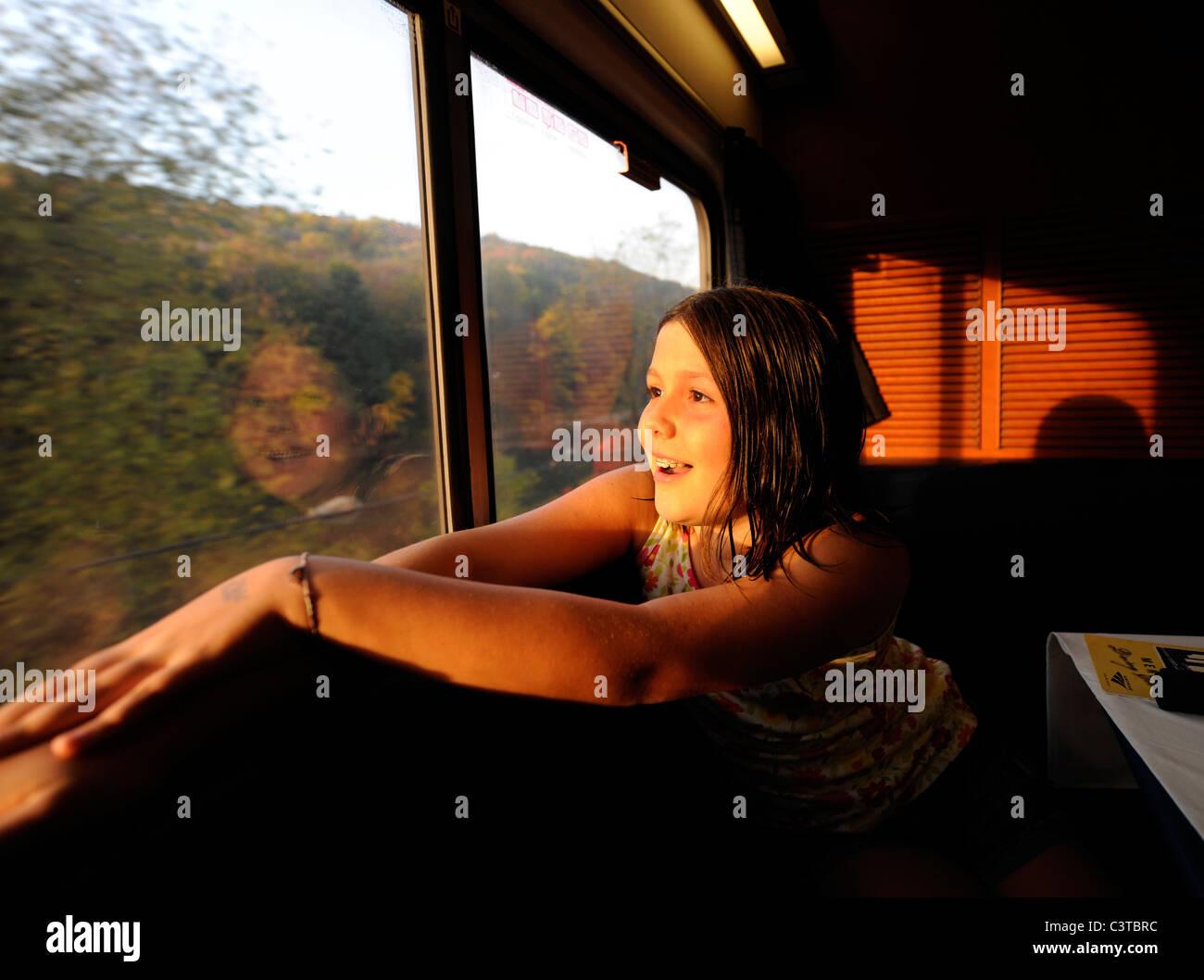2010. 10 ans, fille, en voiture-restaurant sur Amtrak de Capitol Limited de Chicago à Washington, DC. Photo Stock