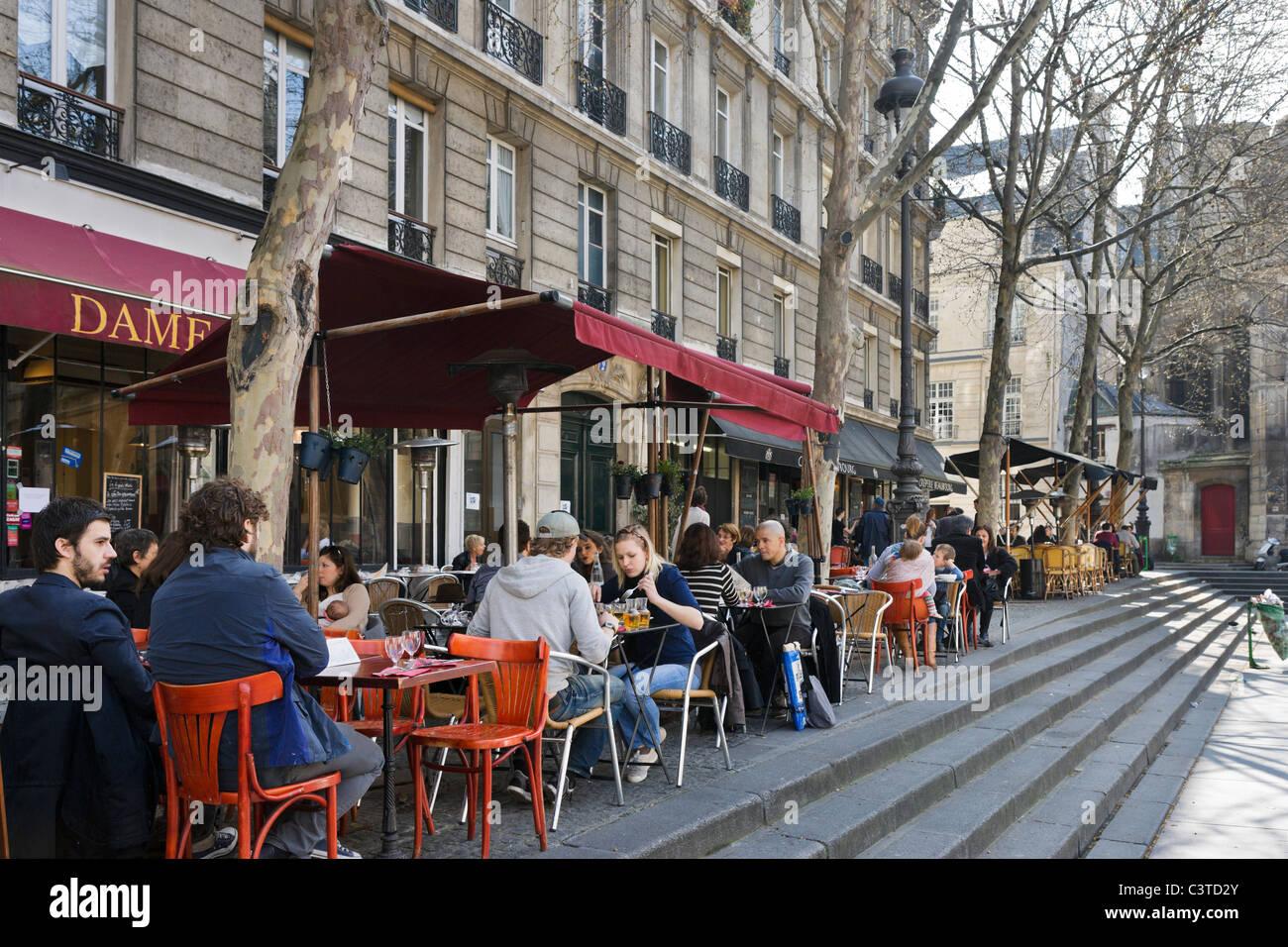 Cafe de la chaussée en place Igor Stravinsky à l'extérieur du Centre Pompidou, quartier de Beaubourg, Photo Stock