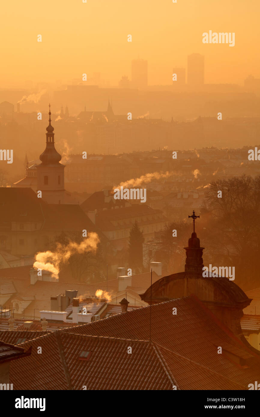 Lever du soleil sur Prague avec le dôme orné de la cathédrale Saint-Nicolas à Mala Strana Photo Stock