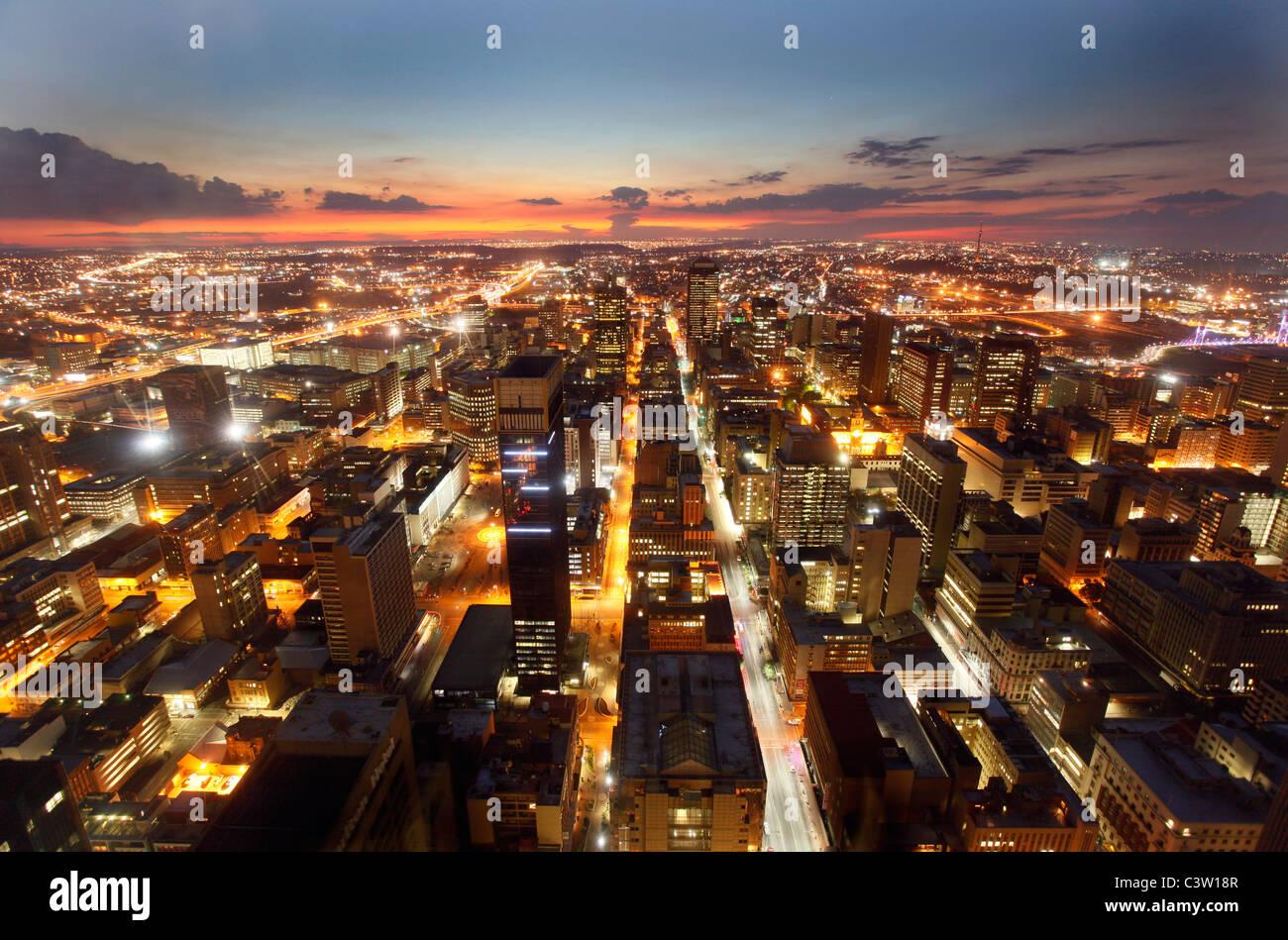 Vue de Johannesburg CBD vu la nuit de l'hôtel au centre-ville d'Joburg. Johannesburg. L'Afrique Photo Stock