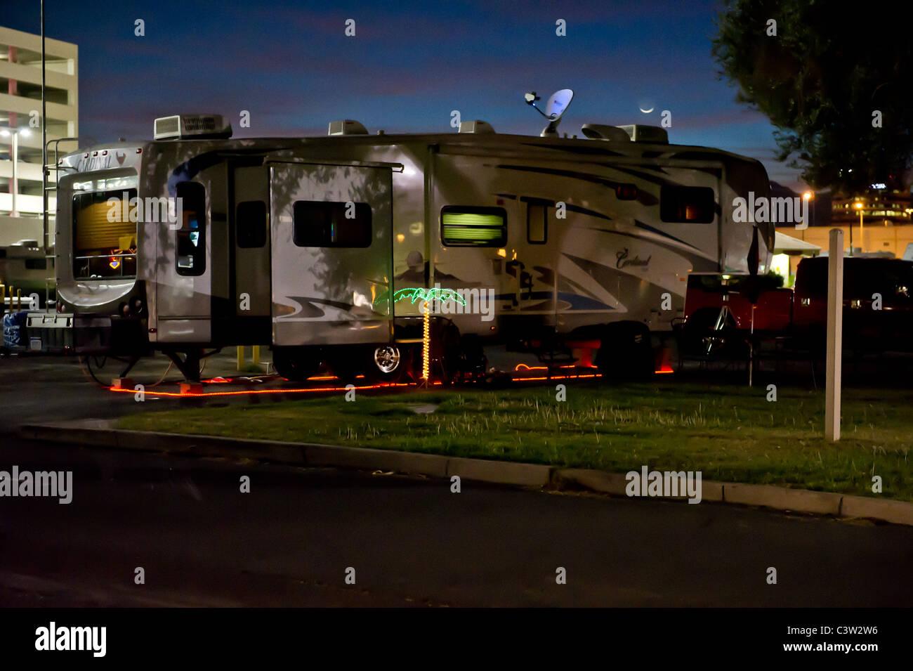 Tourné de nuit de 5ème roue caravane décorée avec des lumières et un ...