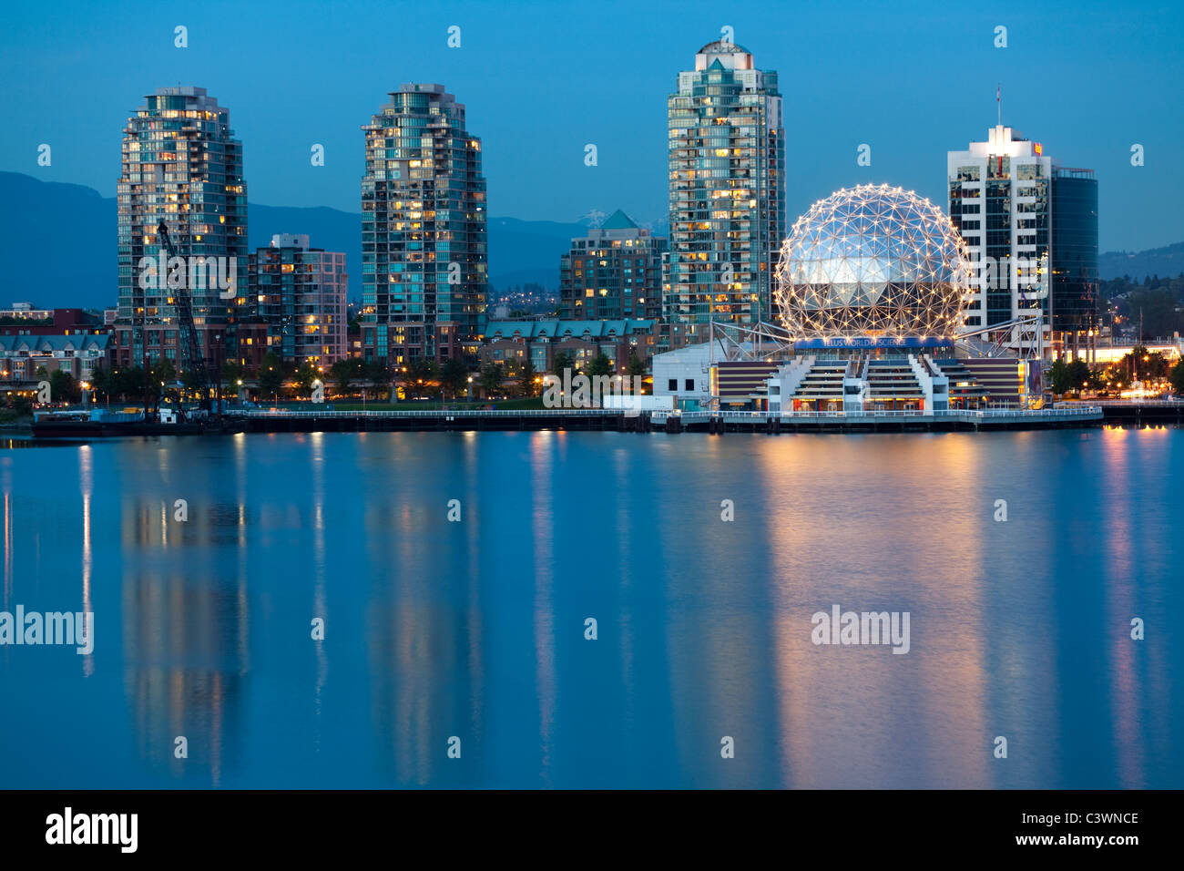Vancouver (C.-B.), Canada Skyline at night le long du front de mer Photo Stock