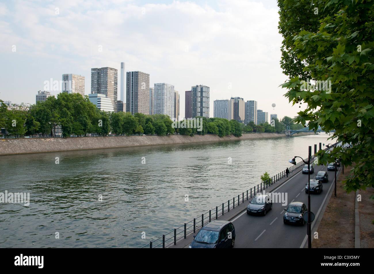 Une personne marche le long des voies sur berges à Paris bâtiments le long de la Seine dans l'ouest Photo Stock