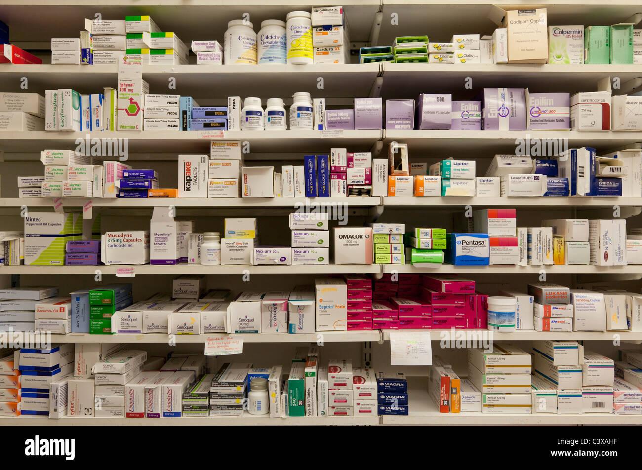 Les médicaments pharmaceutiques sur des étagères dans un magasin de gros de la communauté ou de la pharmacie en Banque D'Images