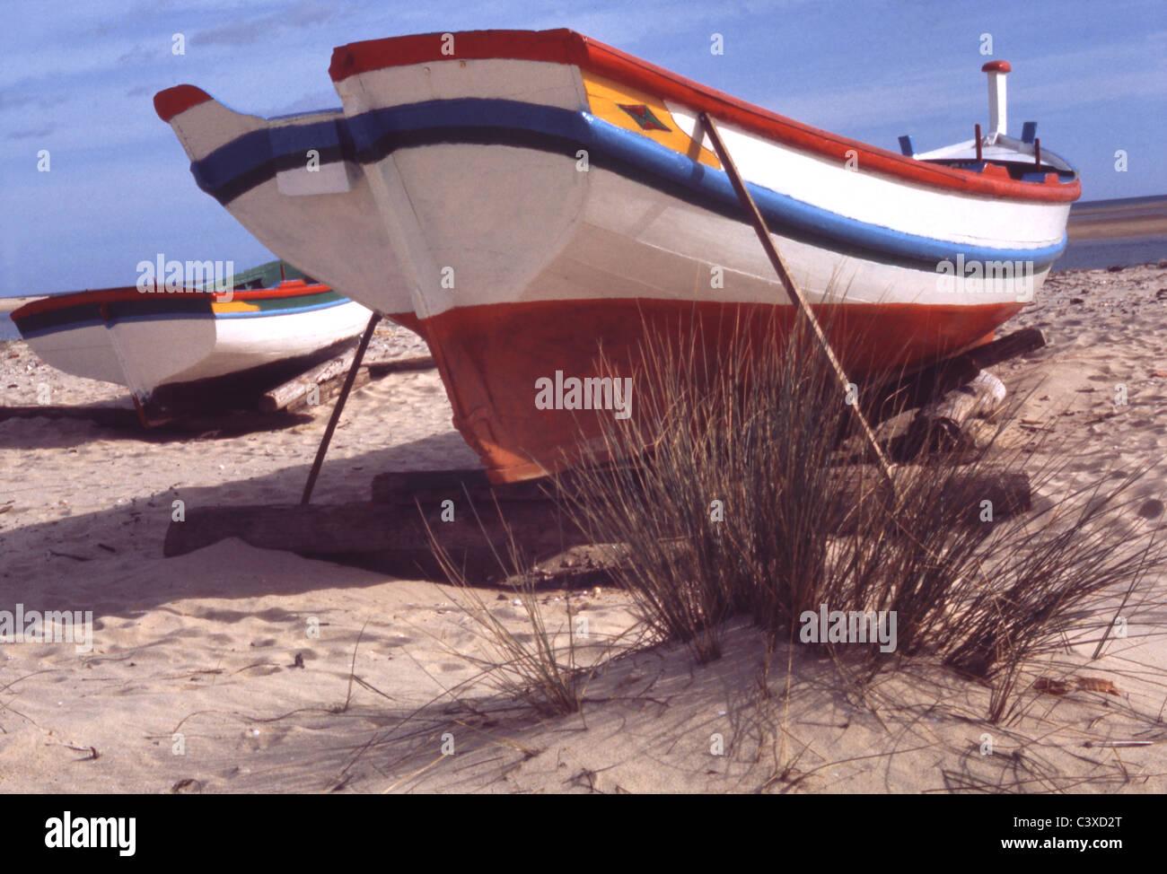 Bateaux sur la plage, photo Elizabeth Marchpenny. Le Portugal, fin du 20e siècle Banque D'Images