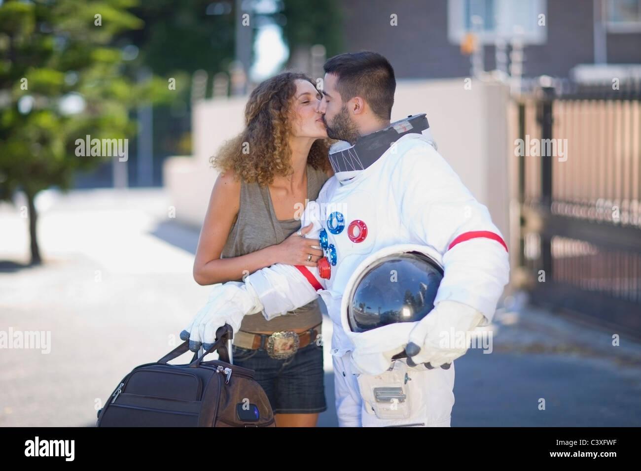 Woman kissing un astronaute Photo Stock