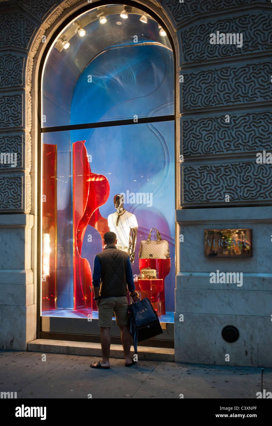 6b77a511c7 La boutique Versace sur la Cinquième Avenue à New York, le vendredi 20 mai  2011