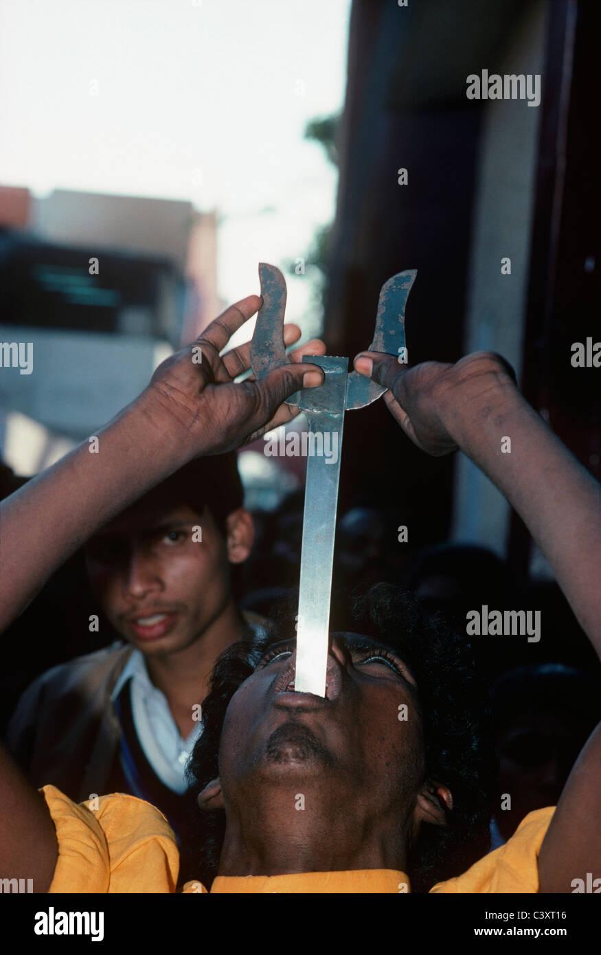 Artiste de rue avale une épée. New Delhi, Inde Photo Stock