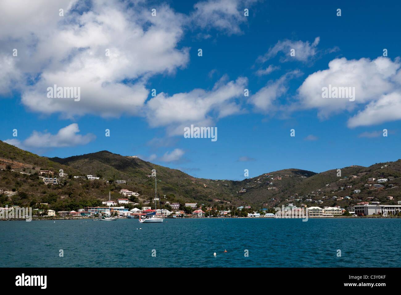 Vue depuis le port de la route de ville côtière de Road Town, capitale de Îles Vierges britanniques à Tortola Banque D'Images
