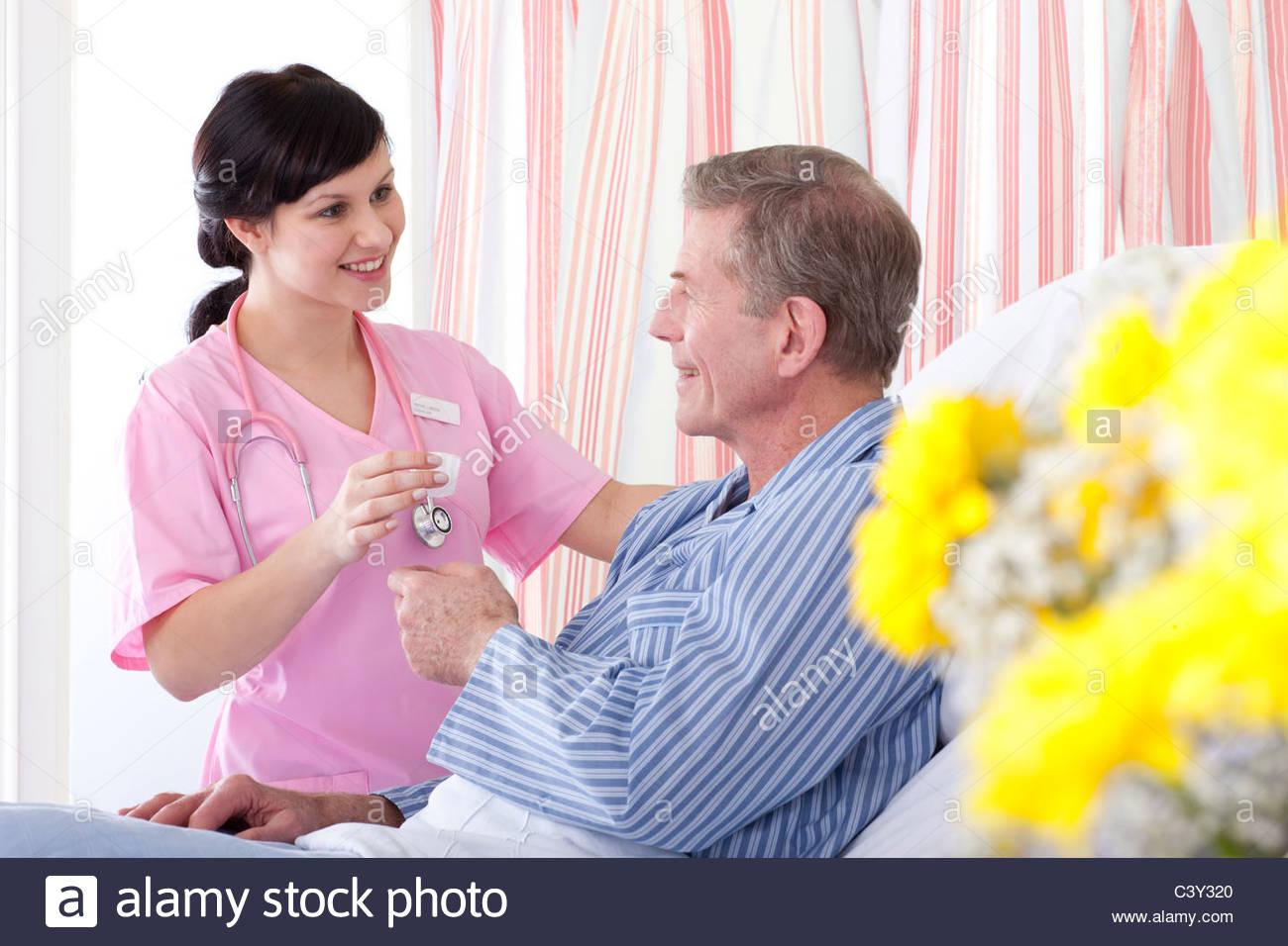 Infirmière à l'hôpital de la médication des patients donnant Photo Stock