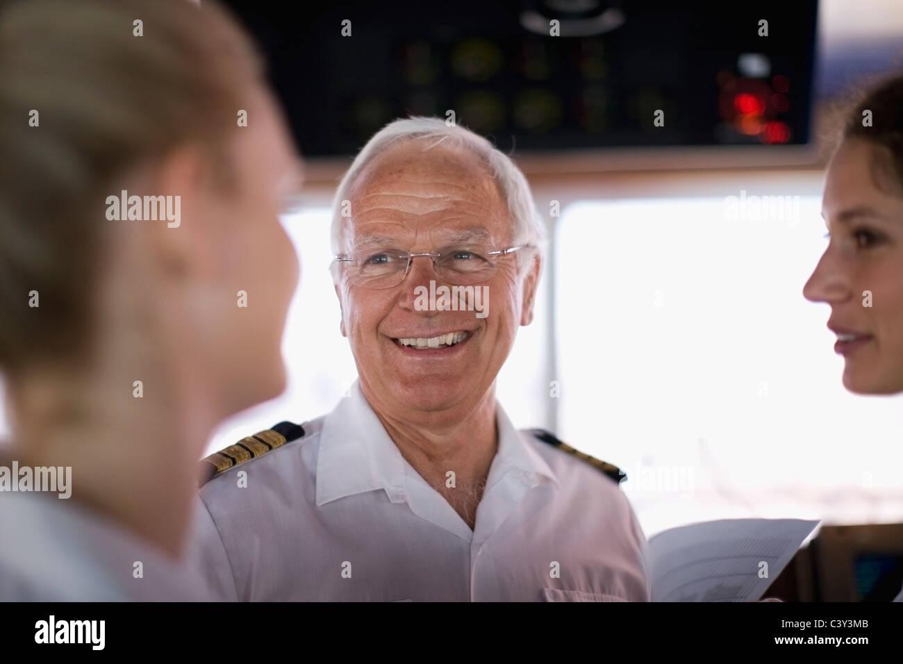 Le capitaine parler à mates Photo Stock