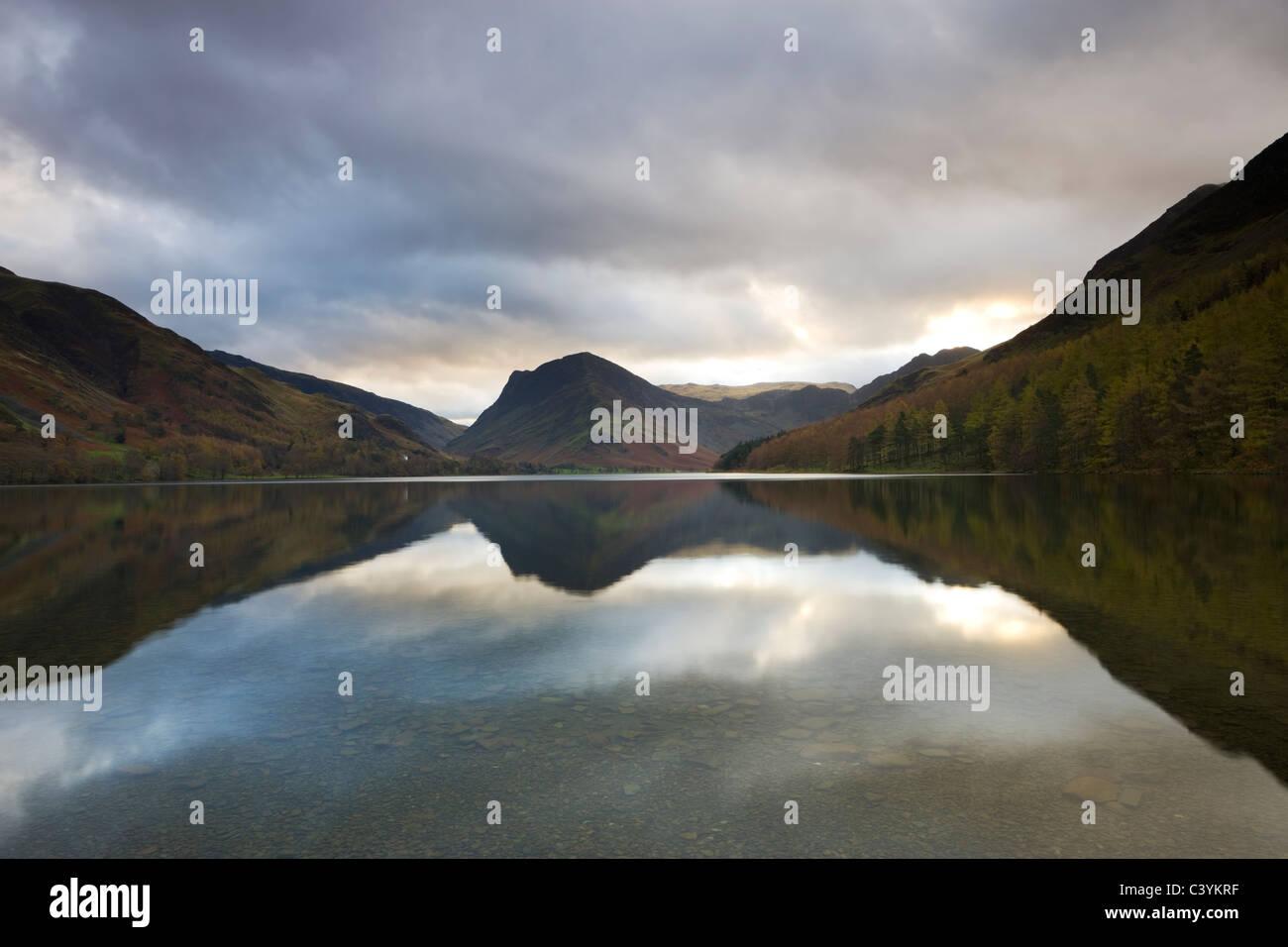Buttermere Lake et Fleetwith Pike, Parc National de Lake District, Cumbria, Angleterre. L'automne (novembre) Photo Stock