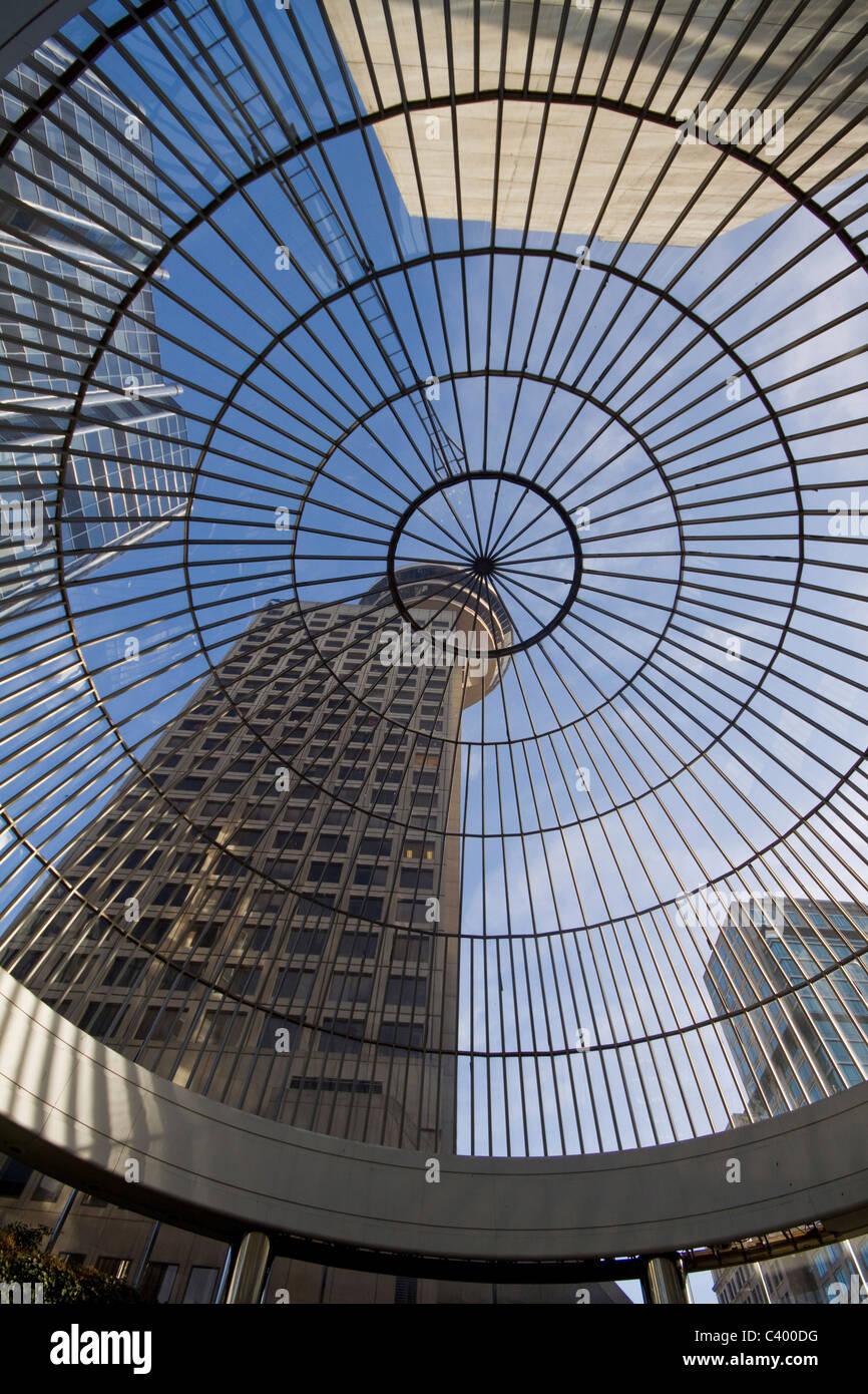 L'architecture moderne. Harbour Centre, et notamment à travers le verre toit en dôme, Vancouver, BC, Canada Banque D'Images