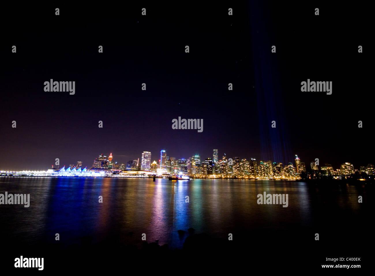 Pleins feux derrière Vancouver west end au cours des Jeux Olympiques d'hiver de 2010, Vancouver, Canada. Lumières colorées reflète dans le port. Banque D'Images