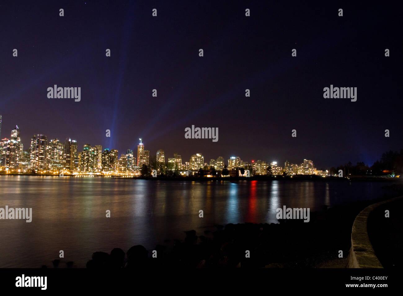 Pleins feux derrière Vancouver west end pendant les Jeux Olympiques d'hiver de 2010, Vancouver, Canada. Stanley Park Seawall à droite. Banque D'Images