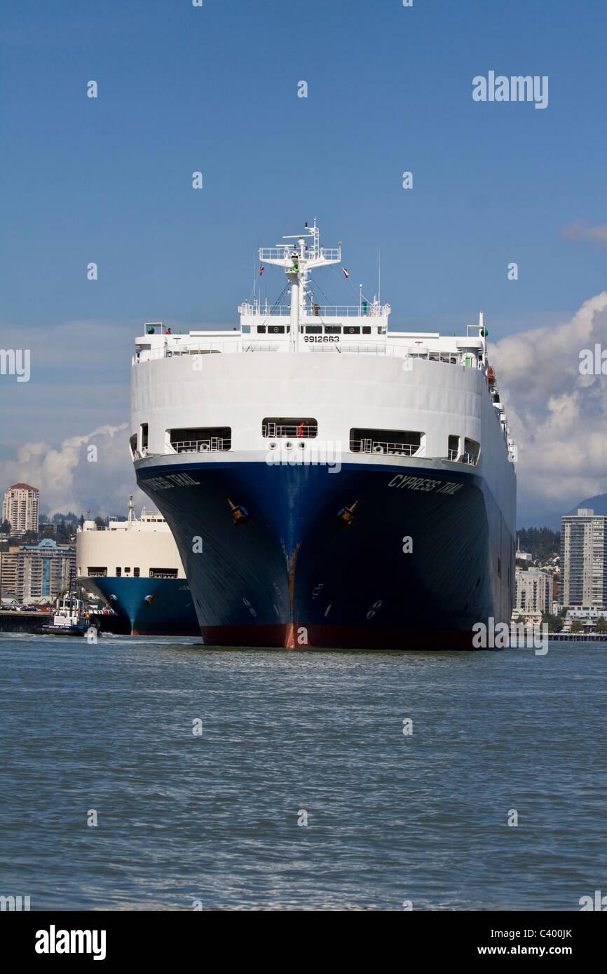 Avant d'un grand transporteur automobile à port, New Westminster, BC, Canada Banque D'Images