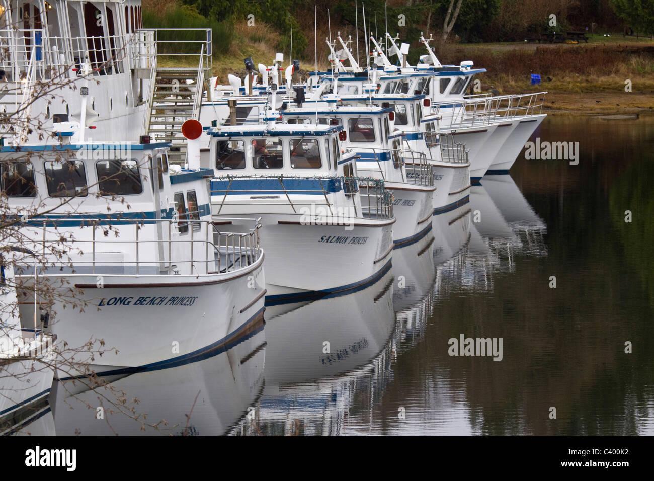 Bateaux de croisière alignés et reflétée dans le port d'Ucluelet, sur l'île de Vancouver, Colombie-Britannique Banque D'Images