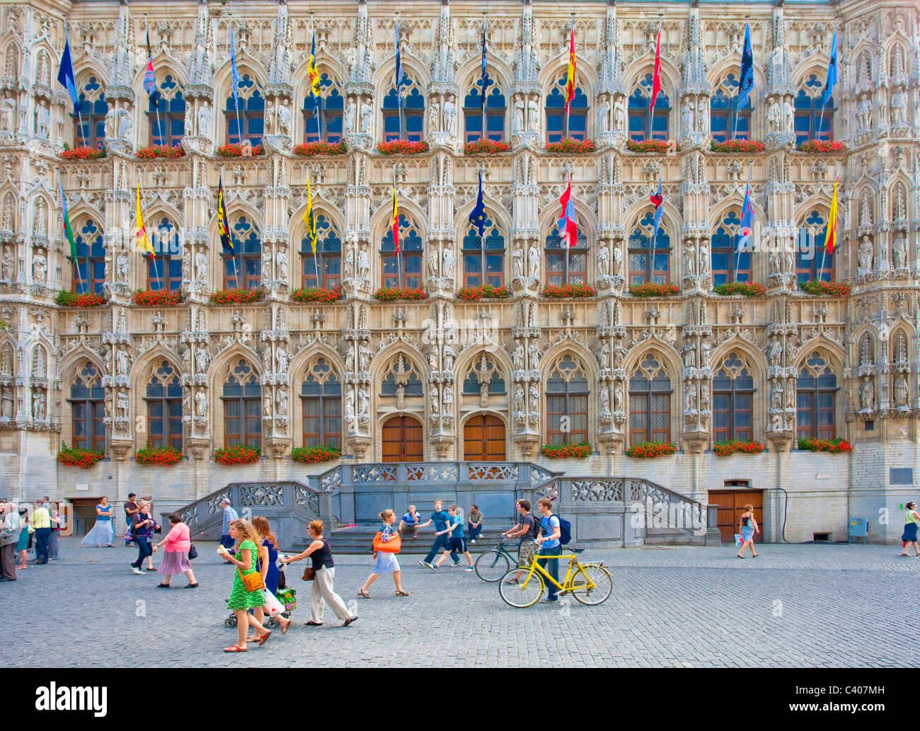 La Belgique, l'Europe, Louvain, l'hôtel de ville, façade, gothique, drapeaux Photo Stock