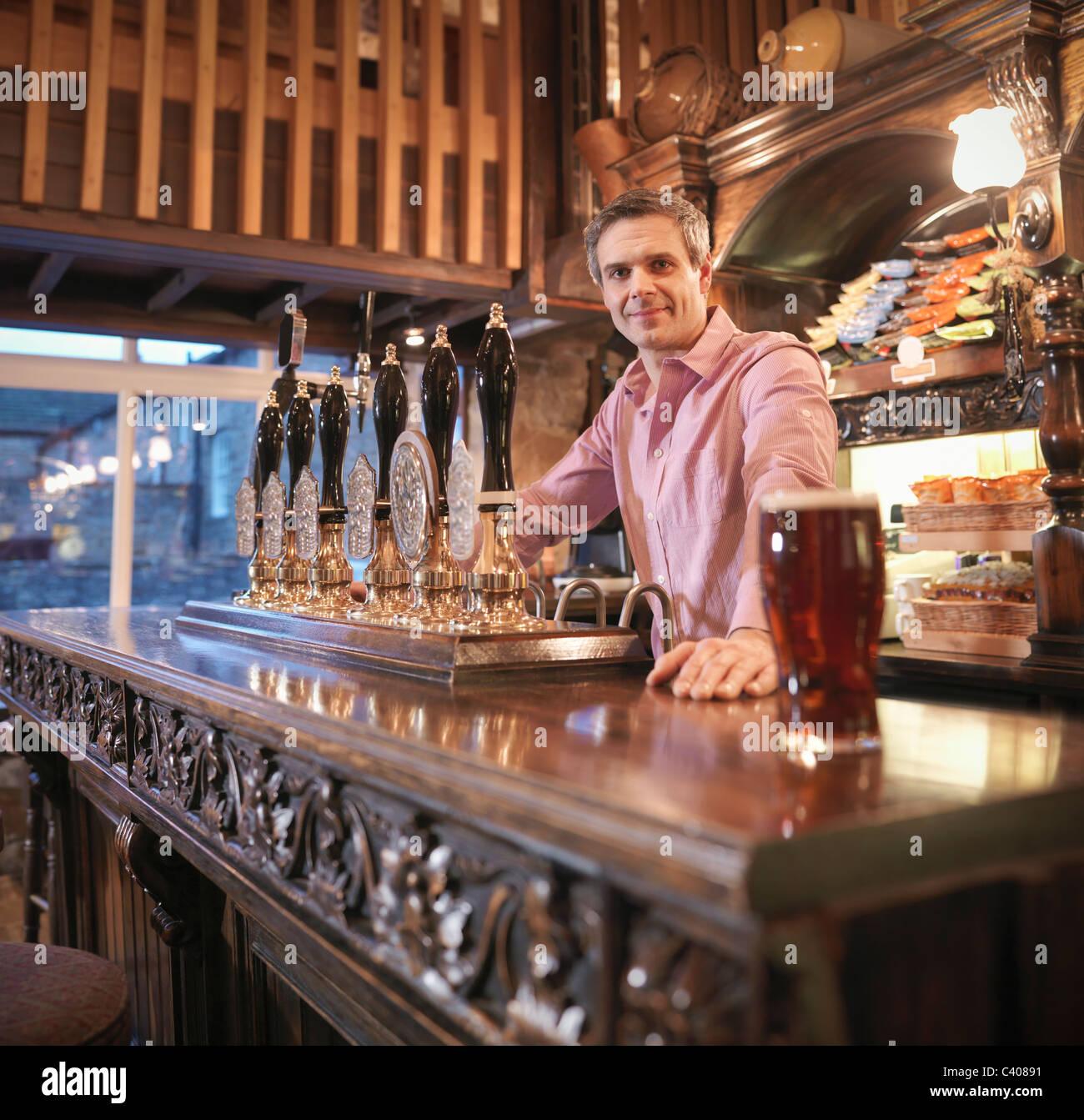 Propriétaire en pub anglais Photo Stock