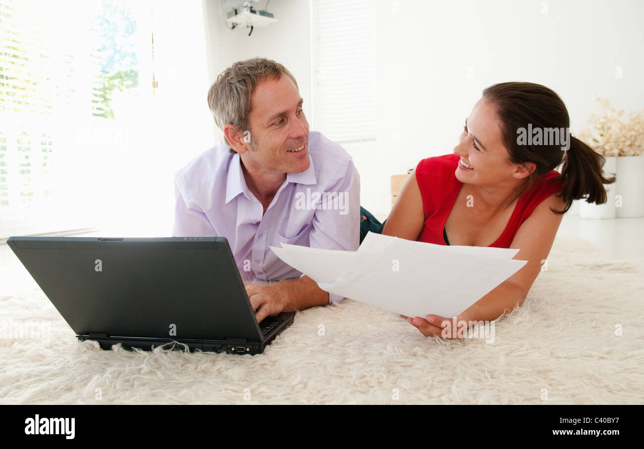 Blague Couple lors du tri des factures Photo Stock