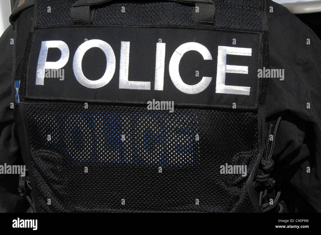 Un grand logo police sur sur l'arrière d'un agent SWAT TACTICAL VEST. Photo Stock