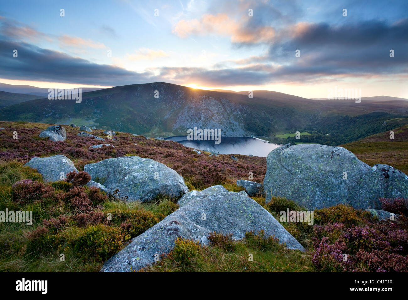 Coucher du soleil sur le Lough Tay, Parc National des Montagnes de Wicklow, comté de Wicklow, en Irlande. Photo Stock