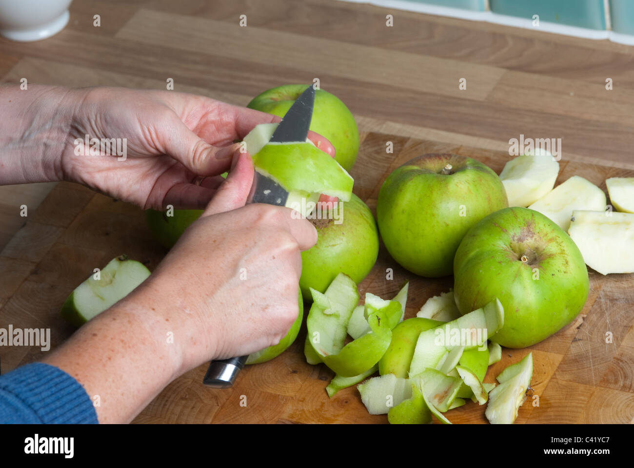 Les pommes en cours de préparation pour une tarte UK Photo Stock