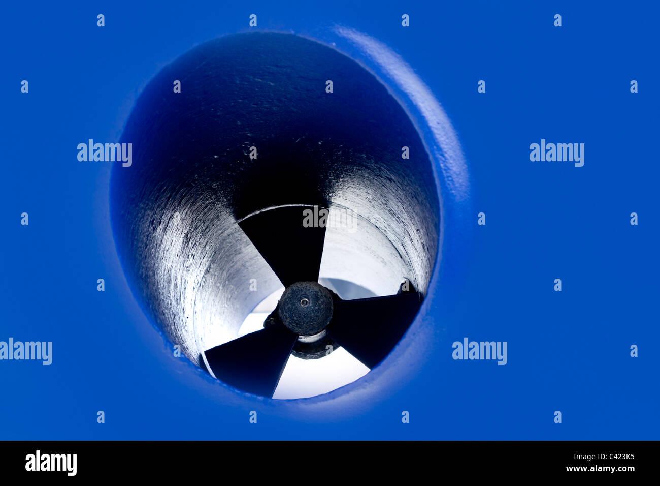 Détails de l'hélice d'étrave de bateau peint en bleu antifouling Photo Stock