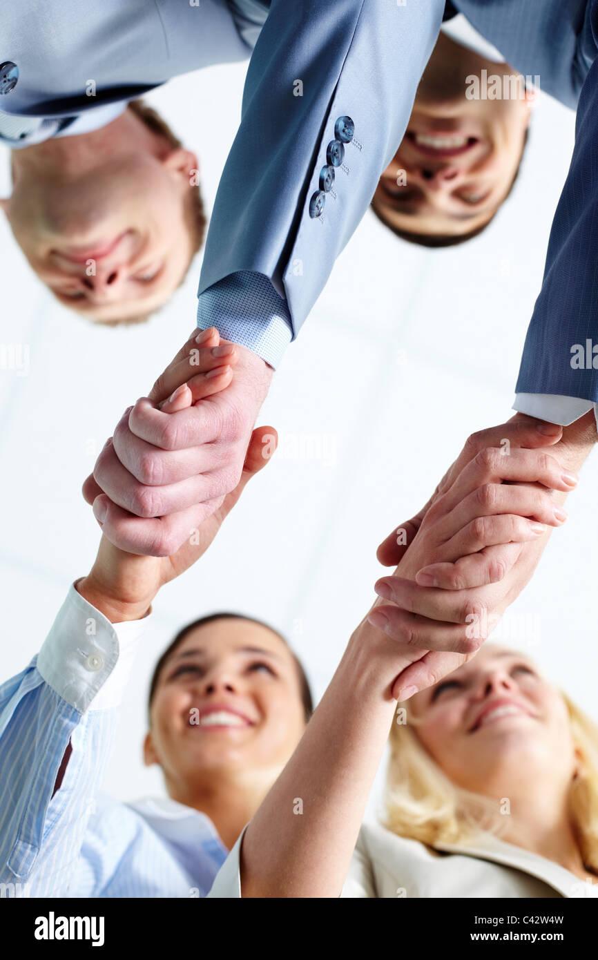 Deux paires d'associates handshaking après substitution, traiter avec les partenaires Photo Stock