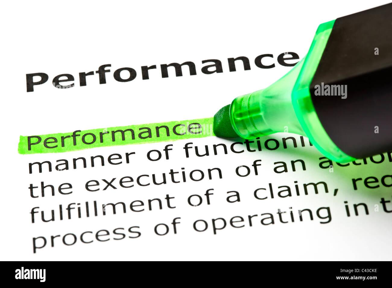 Le mot 'performance' en surbrillance verte avec feutre Photo Stock