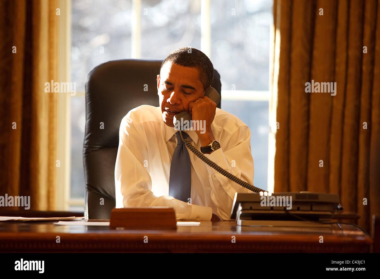 Le président barack obama parle avec un dirigeant étranger dans le
