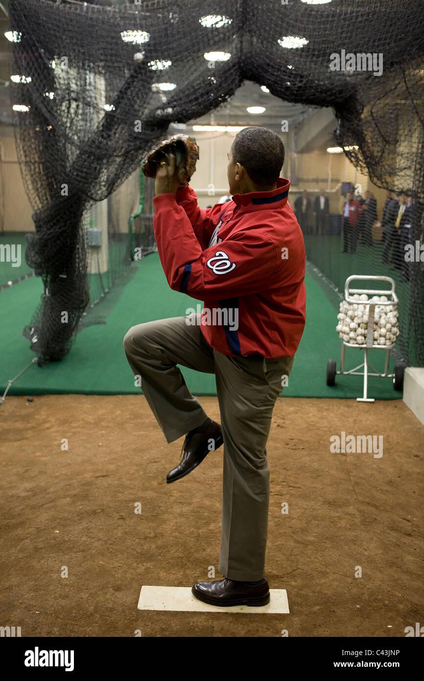 Le président Barack Obama se réchauffe avant de jeter le premier lancer de cérémonie le jour Photo Stock