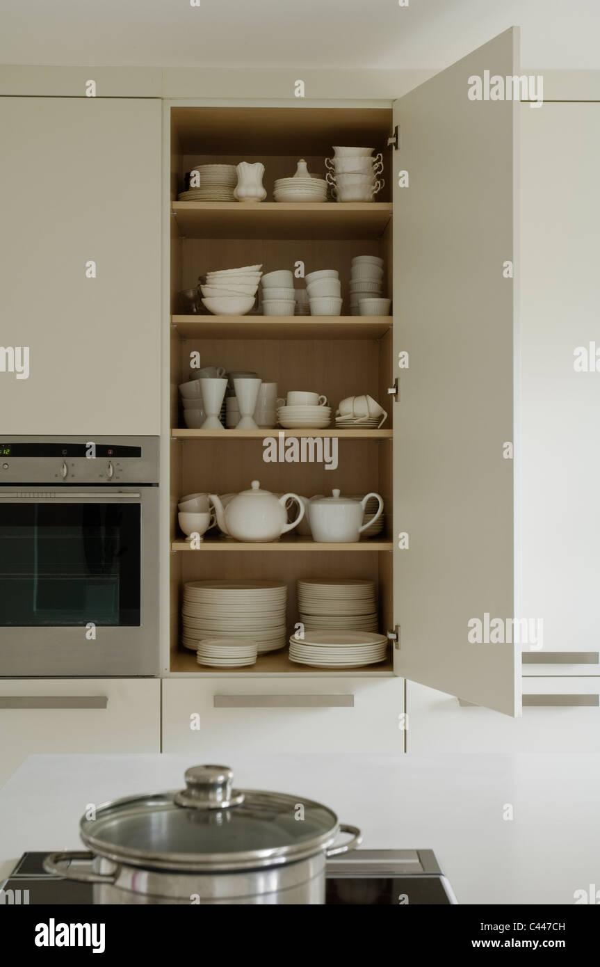 Ouvrir la vaisselle placard de cuisine contemporain blanc Photo Stock