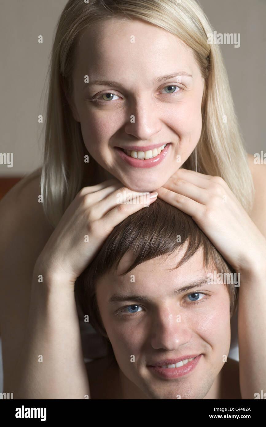 Une femme posant son menton sur le dessus de la tête de son petit ami, portrait Banque D'Images