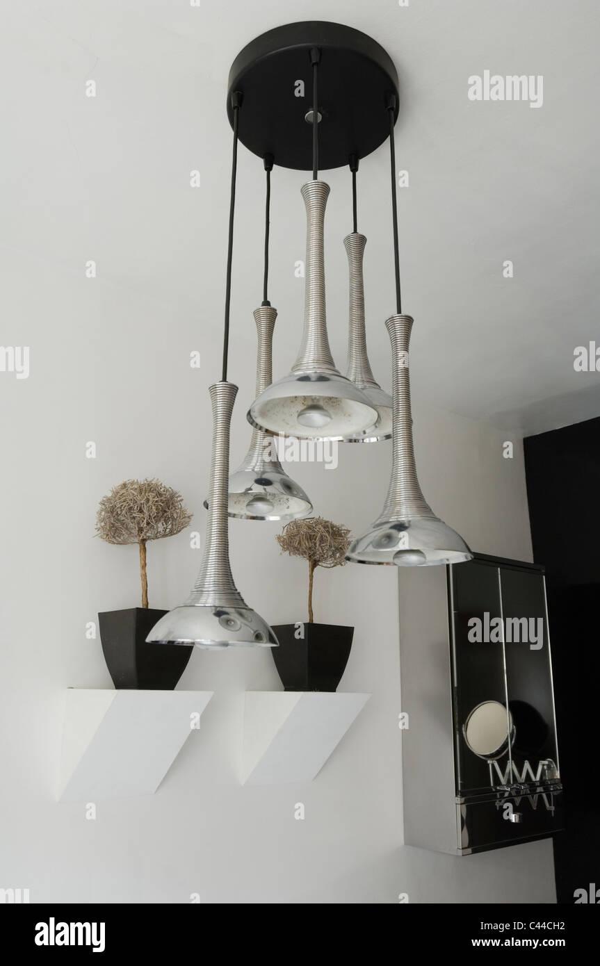 Pendentif rétro français luminaire en blanc salle de bains avec miroir et plantes d'étagères Photo Stock