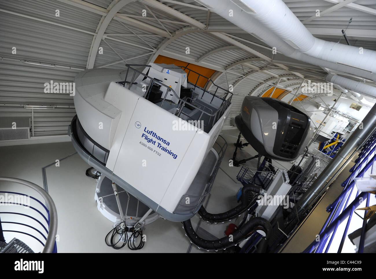 simulateur de vol de l 39 airbus a380 dans le lufthansa flight training center de l 39 a roport de. Black Bedroom Furniture Sets. Home Design Ideas