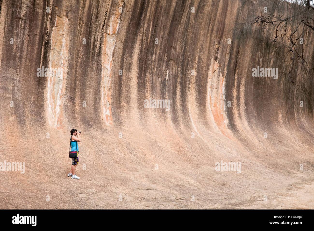 Tourist à Wave Rock - une formation rocheuse naturelle près de Hyden, Western Australia, Australia Photo Stock