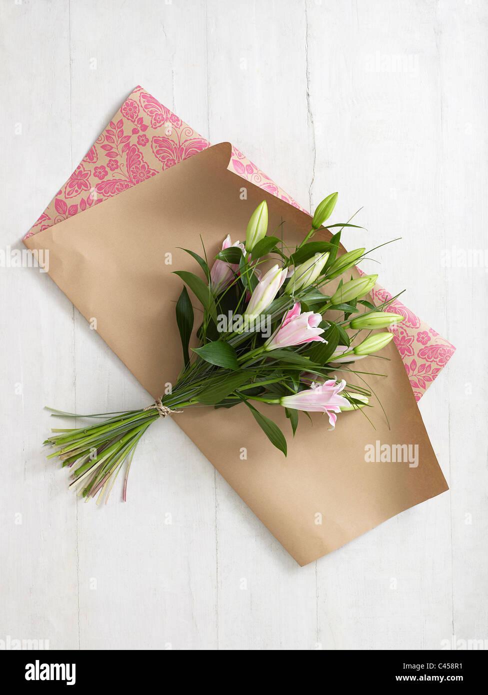 Bouquet de lys sur du papier d'emballage Photo Stock