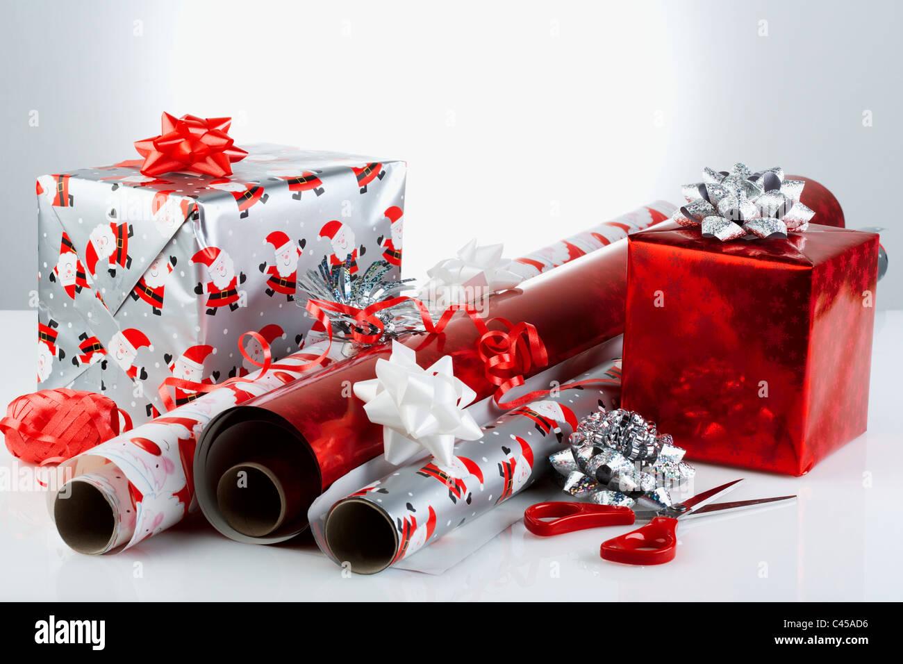 Cadeaux de Noël avec du papier d'emballage et de ciseaux, close-up Photo Stock