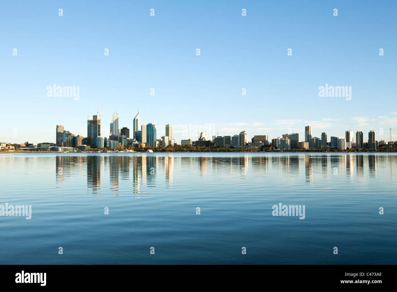 Vue sur la rivière Swan à l'horizon de la ville. Perth, Western Australia, Australia Photo Stock